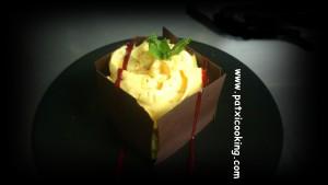 Mousse de calabaza encuadrada en láminas chocolate con coulis de frambuesa